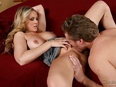 Milf bombshell Julia Ann professionally seduces pretty fixture Michael Vegas