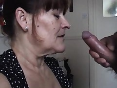 Mature wife takes a huge oral splooge pied